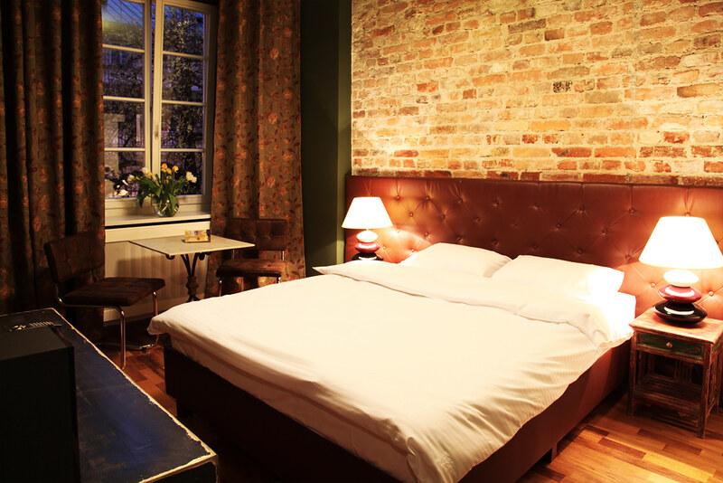 Кирпичная стена в классической спальне