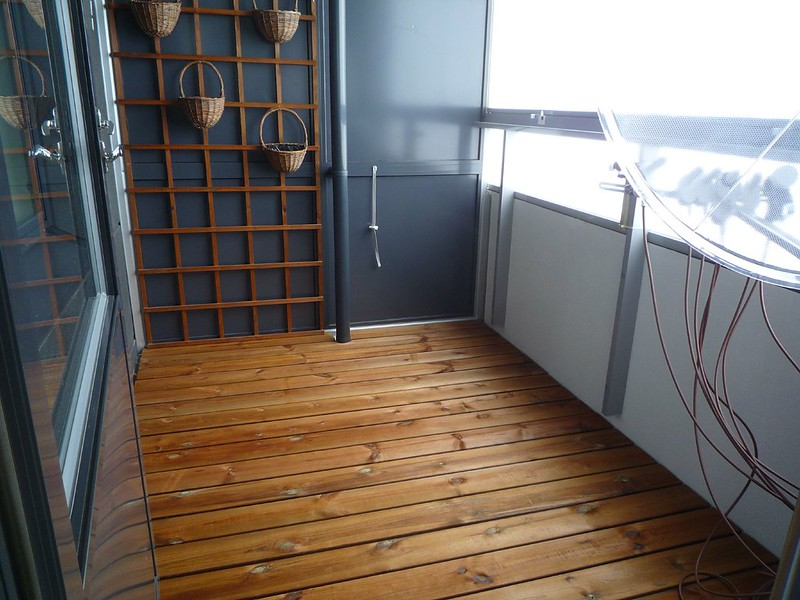 Wooden floor on a small balcony - inspiration from nature