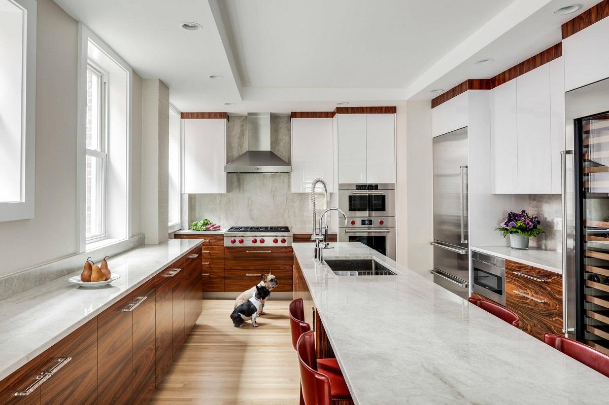 Белая кухня и цвет палисандра