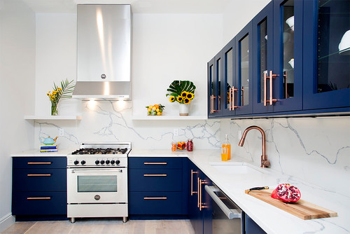 Un luminoso design di cucina blu navy