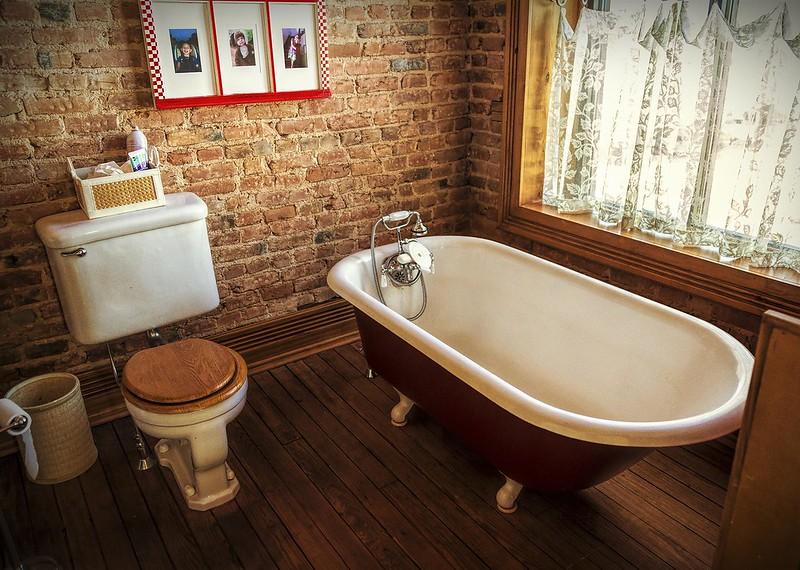 Винтажная ванная комната и кирпичные стены