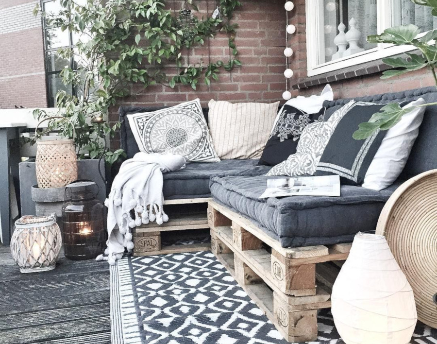 Small balcony decoration - pallet furniture