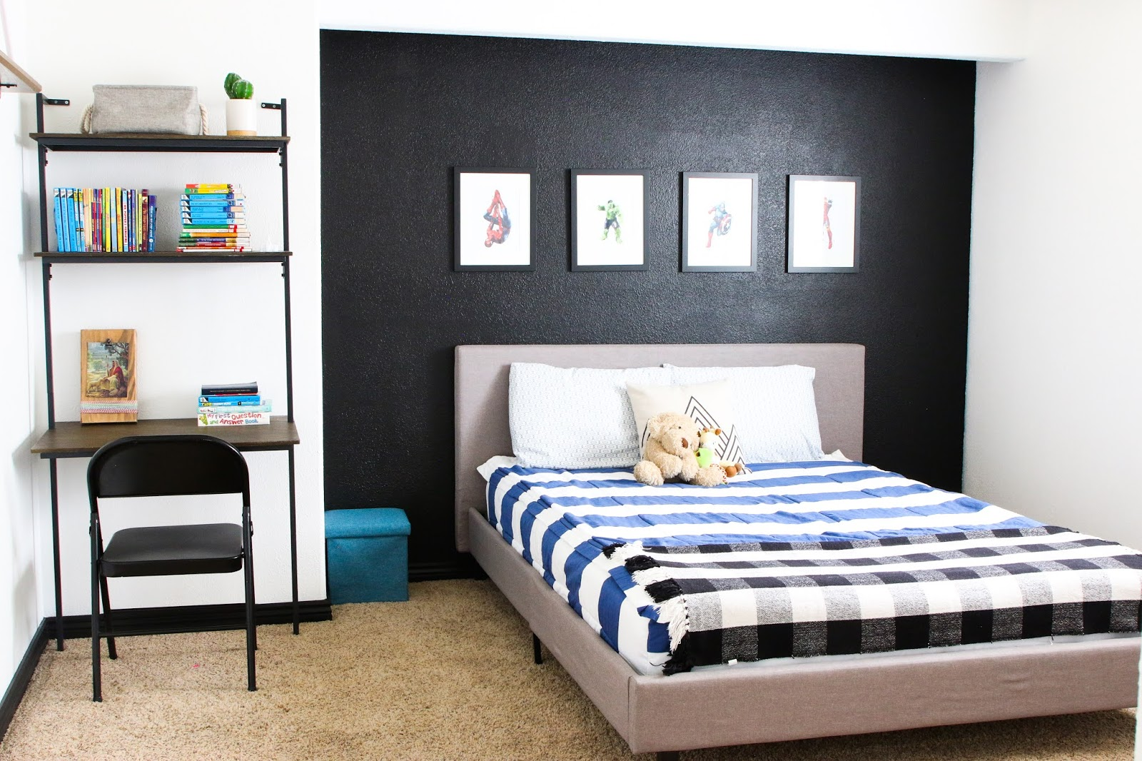 Bedroom ideas for boys - blue and black accessories