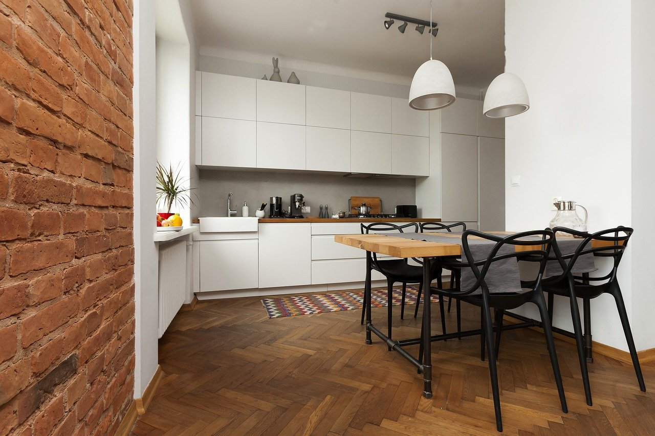 Кирпичная стена на белой кухне