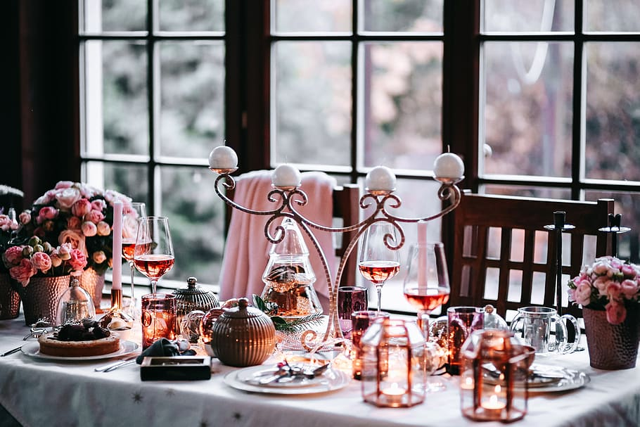 A modern Christmas table - copper and pink