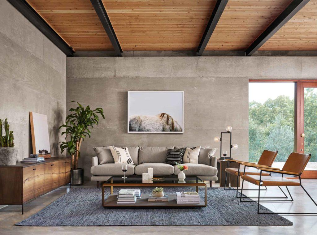 Серая гостиная с деревянным потолком